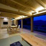LDK・勾配天井・無垢材・自然素材・ワイドウィンドウ・大開口・間接照明