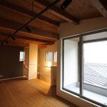 寝室・勾配天井・無垢材・杉板・構造用合板