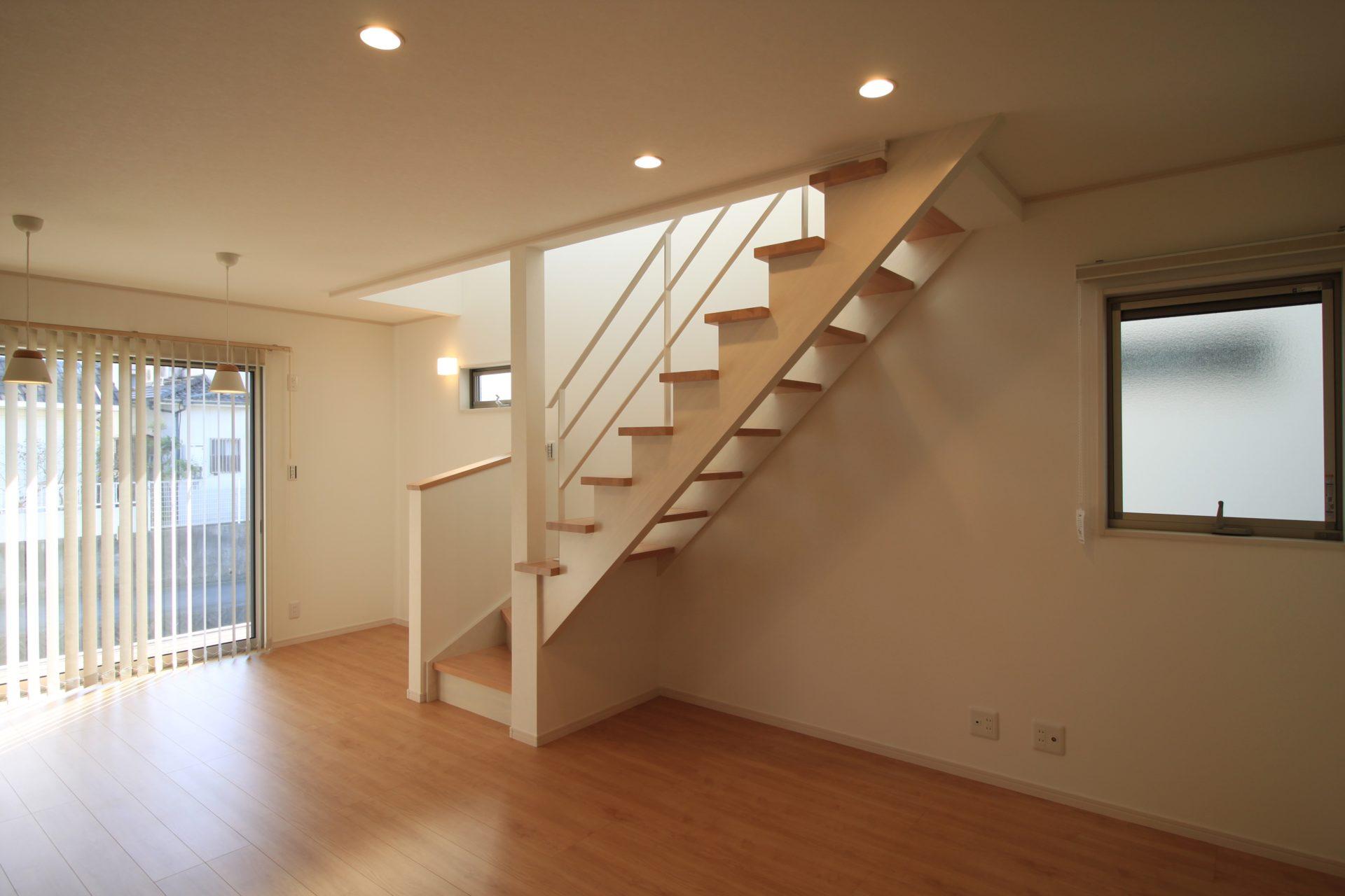 白いアイアン手すりのオープン階段の家